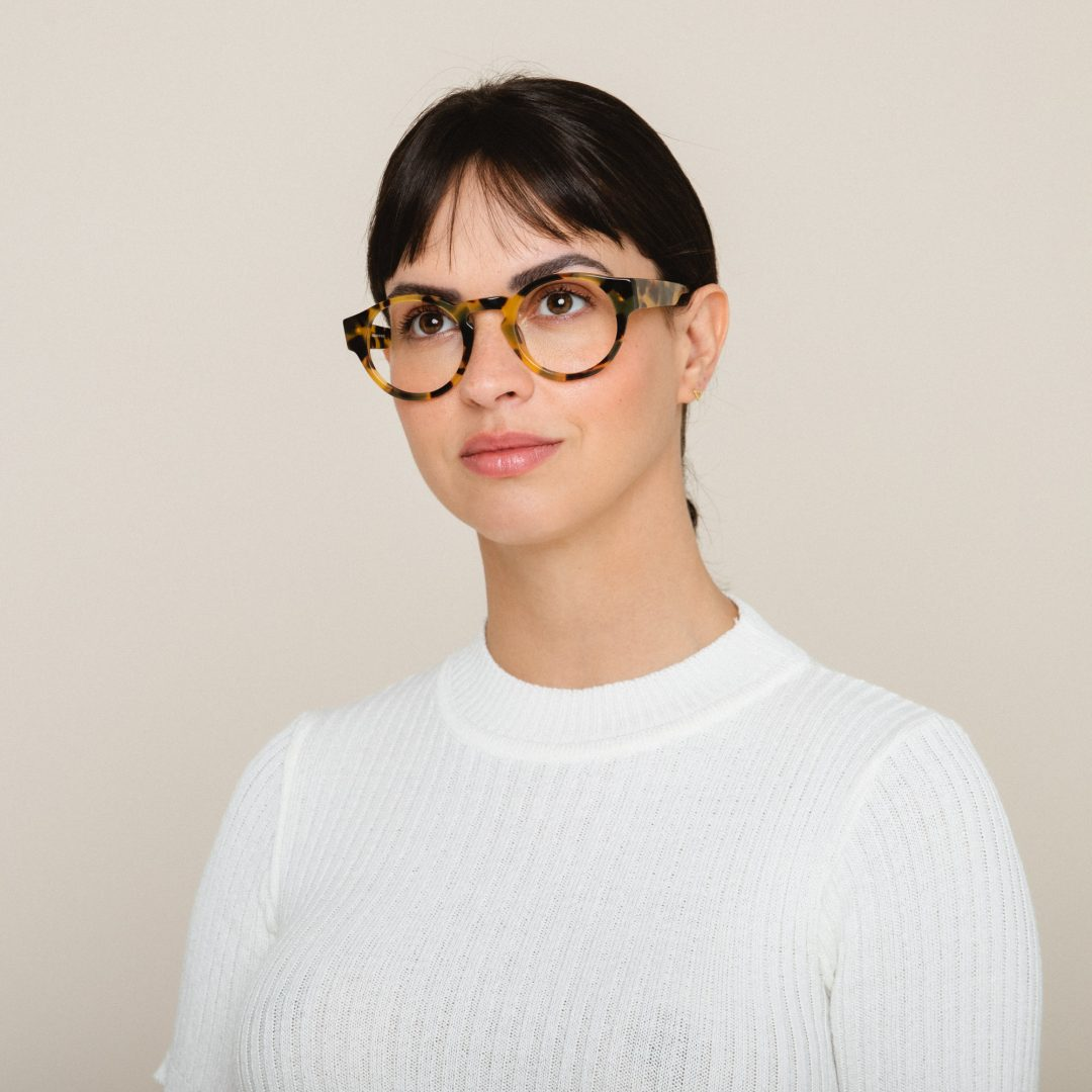 Mulher usa óculos LIVO Jules Grau